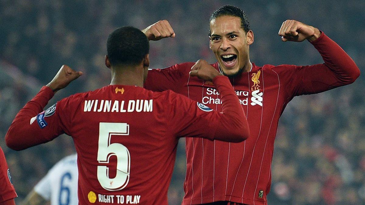 Georginio Wijnaldum esulta con Virgil van Dijk dopo l'1-0 al Genk