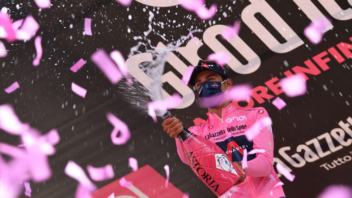 Egan Bernal sul podio di Alpe di Mera con la maglia rosa - Giro d'Italia 2021