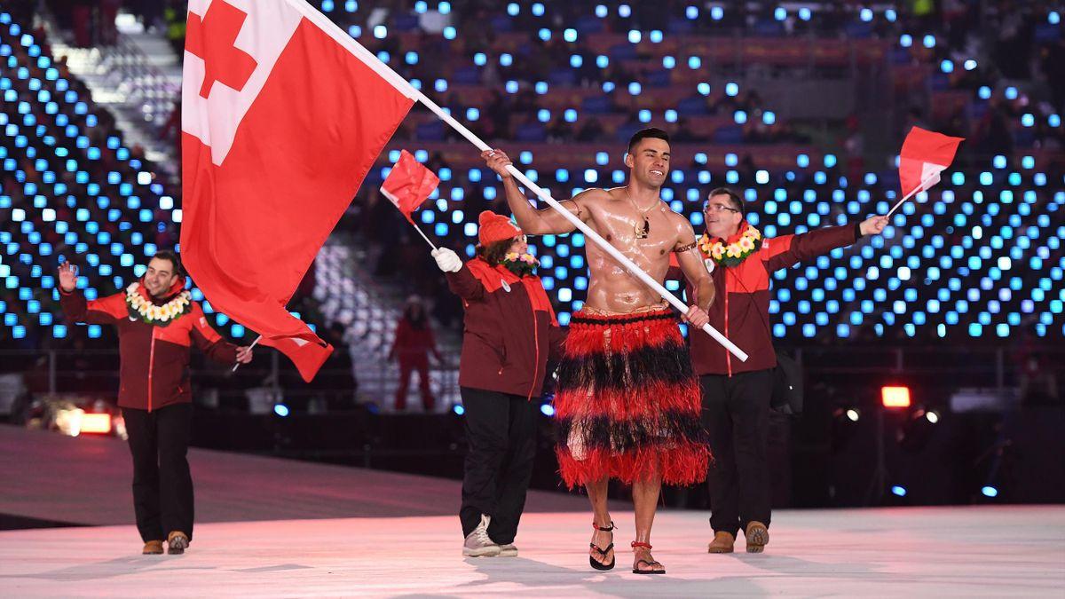 Pita Taufatofua, le porte-drapeau des Tonga, a défilé en costume traditionnel.