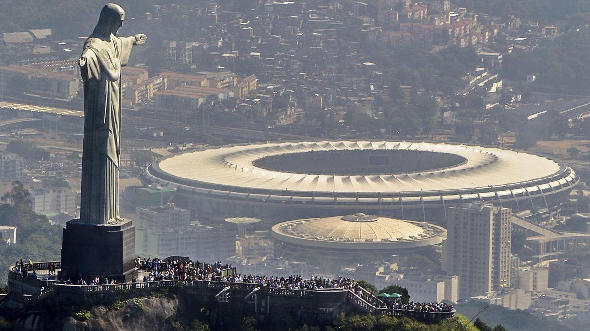 Le Maracana en contrebas de la statue du Chris Rédempteur à Rio de Janeiro.