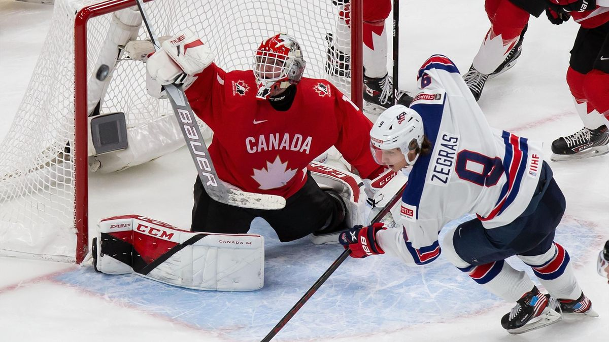 Trevor Zegras (USA, rechts) im Finale gegen Kanada