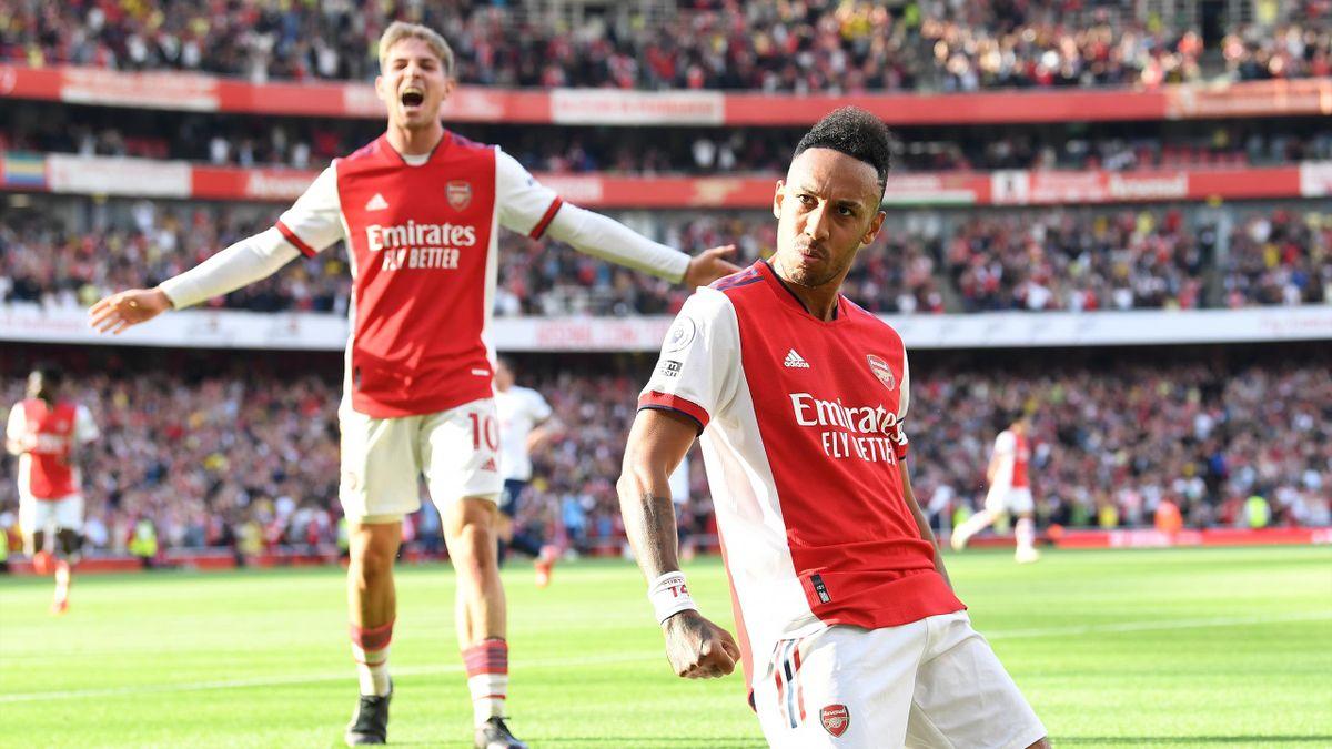Emile Smith Rowe (au second plan) et Pierre-Emerick Aubameyang célèbrent un but de celui-ci, pour Arsenal, face à Tottenham, dimanche 26 septembre 2021 en Premier League
