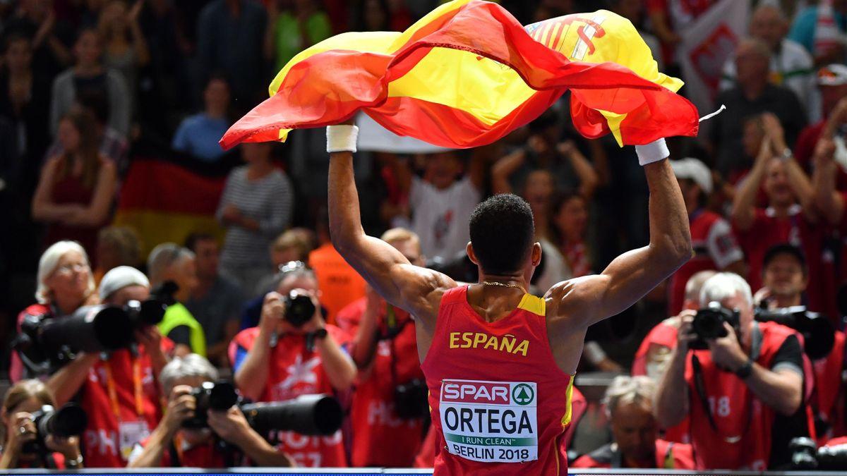 Orlando Ortega luce la bandera española tras ser tercero en la final de los 110 metros vallas de Berlín