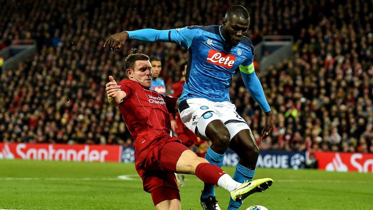 Kalidou Koulibaly într-un duel cu James Milner într-o partidă din UCL disputată pe Anfield