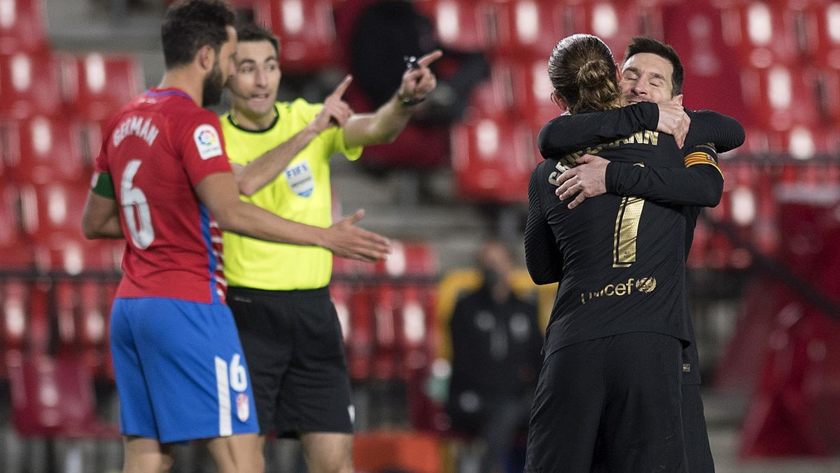 Лионель Месси и Антуан Гризманн празднуют гол в ворота «Гранады»