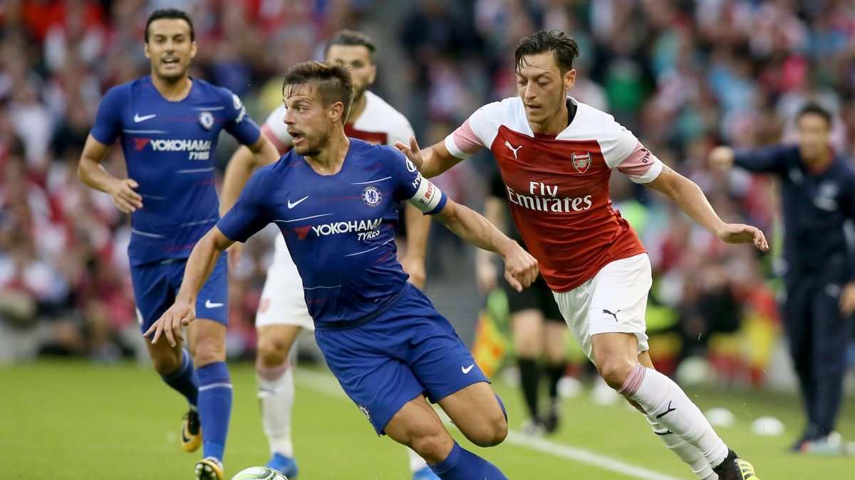 Chelseas Cesar Azpilicueta (l.) und Mesut Ozil (r.)