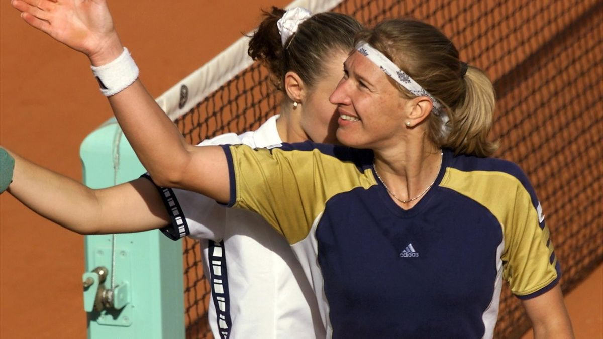 Graf en Hingis schudden de hand van de umpire na de enerverende Roland Garrosfinale van 1999