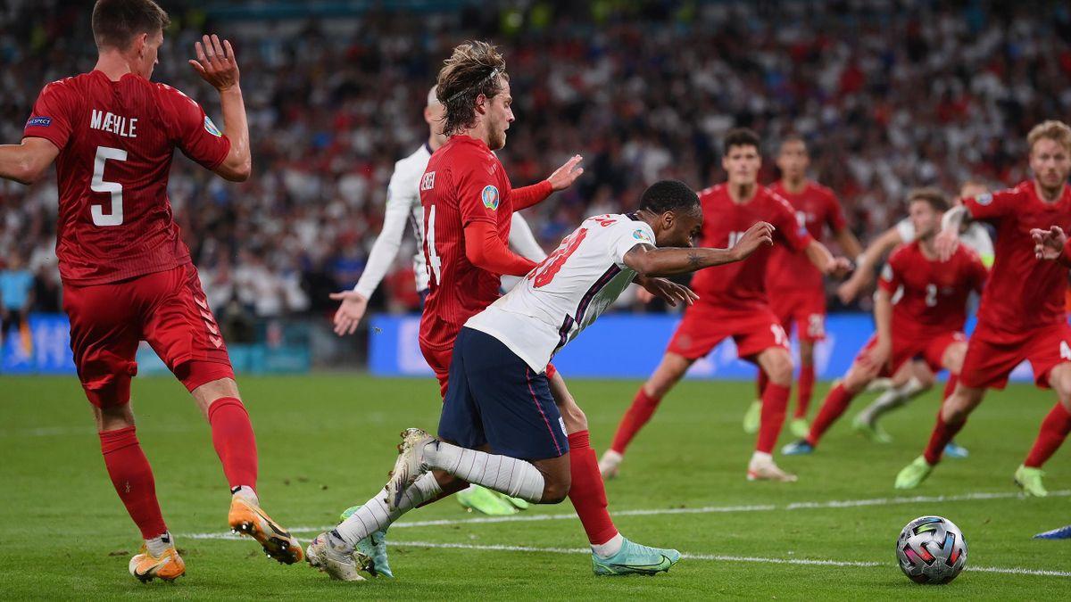 Englands Raheem Sterling geht im Spiel gegen Dänemark zu Boden und bekommt einen Elfmeter