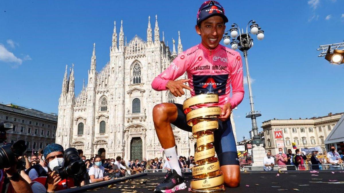 Egan Bernal sul podio di Milano con il Trofeo Senza Fine - Giro d'Italia 2021