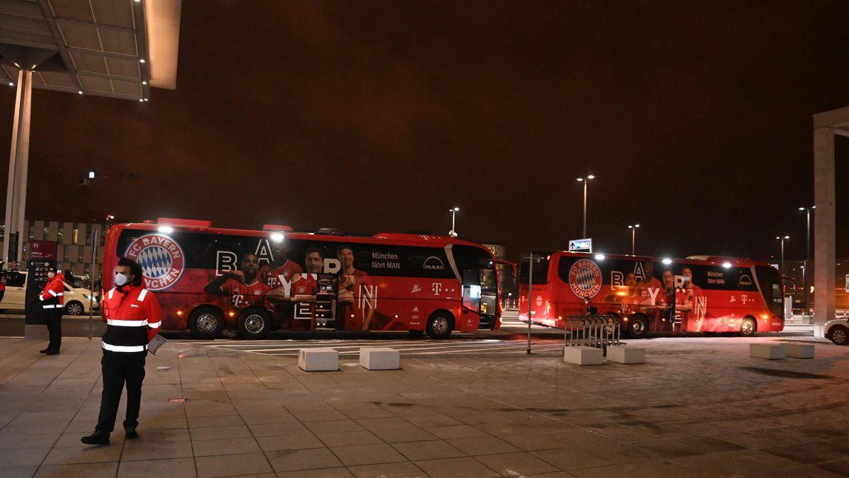 Der Mannschaftsbus des FC Bayern am Berliner Flughafen