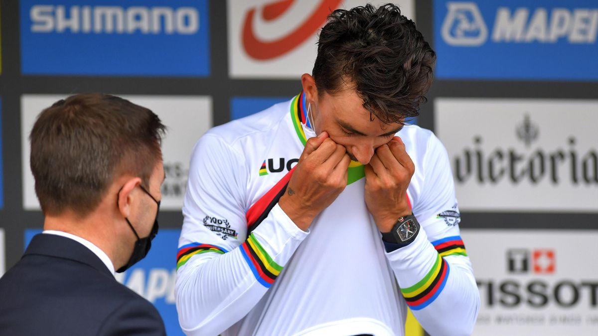Julian Alaphilippe embrasse le maillot arc-en-ciel : le voilà champion du monde une deuxième fois de suite - 26/09/2021, à Louvain
