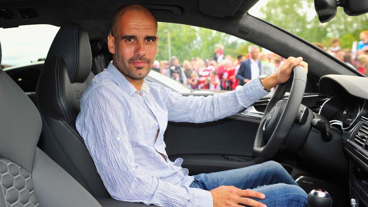 Guardiola conduciendo