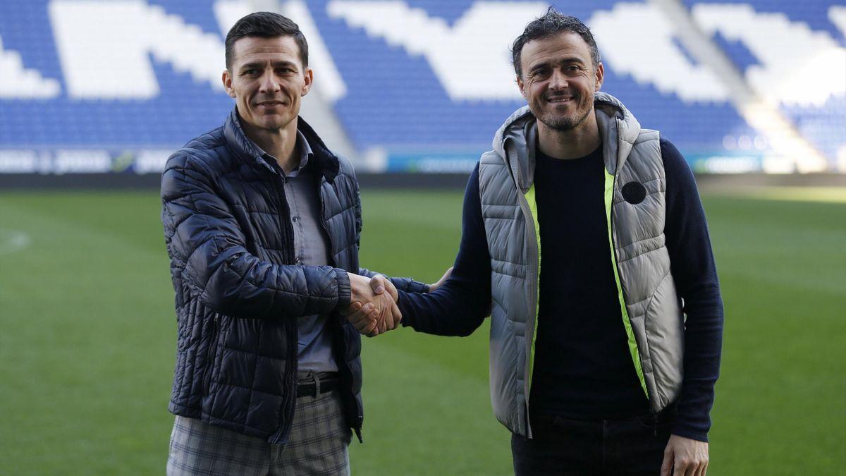 Galca y Luis Enrique dándosela mano en el estadio de Cornellá