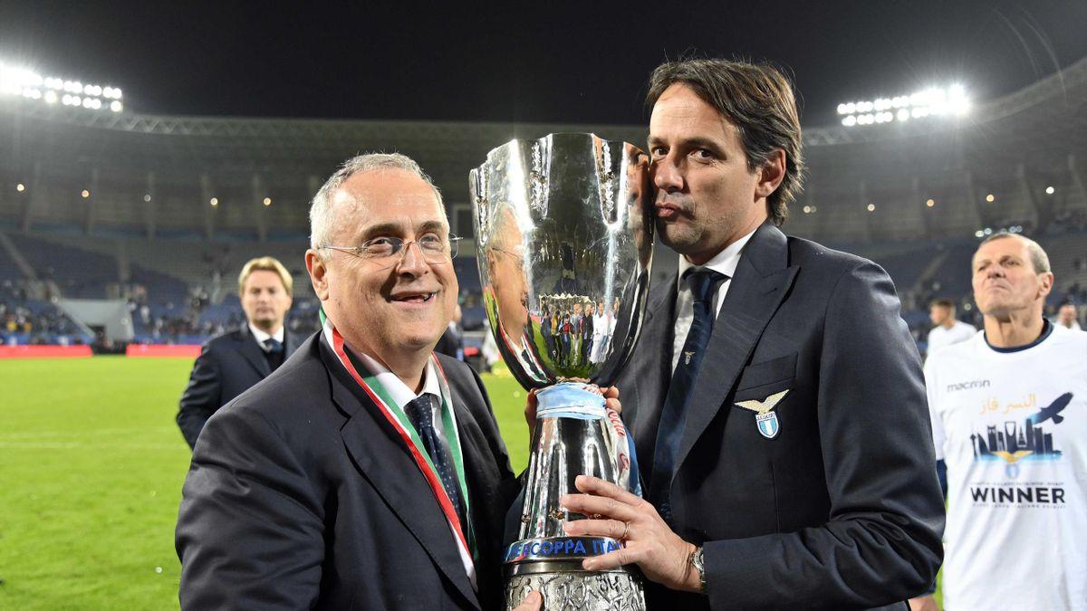 Claudio Lotito e Simone Inzaghi posano insieme alla Supercoppa Italiana, Getty Images