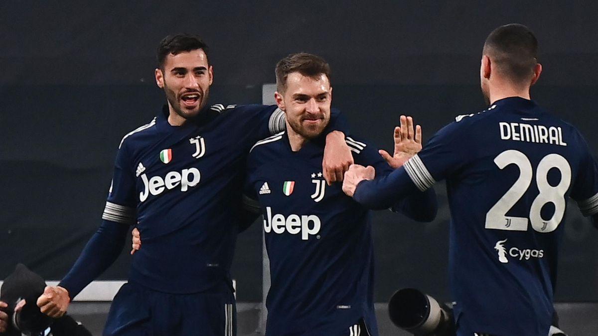 Aaron Ramsey célèbre son but avec Gianluca Frabotta et Merih Demiral lors de Juventus - Sassuolo en Serie A le 10 janvier 2021