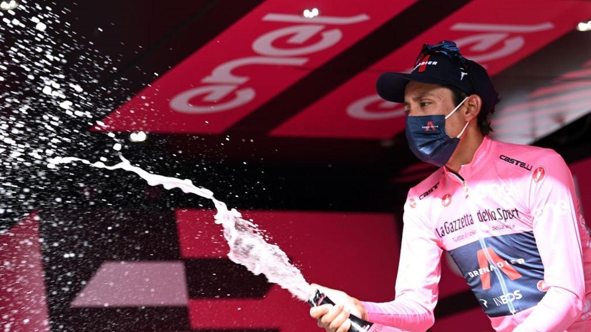 Egan Bernal sul podio di Montalcino con la maglia rosa - Giro d'Italia 2021