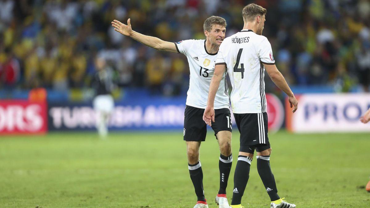 Thomas Muller et Benedikt Howedes lors d'Allemagne-Ukraine