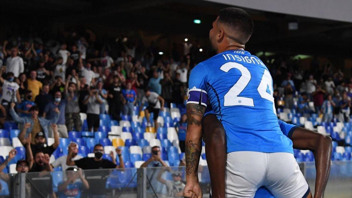 Insigne e Osimhen esultano davanti alla curva B del stadio Diego Armando Maradona durante Napoli-Cagliari - Serie A 2021/2022