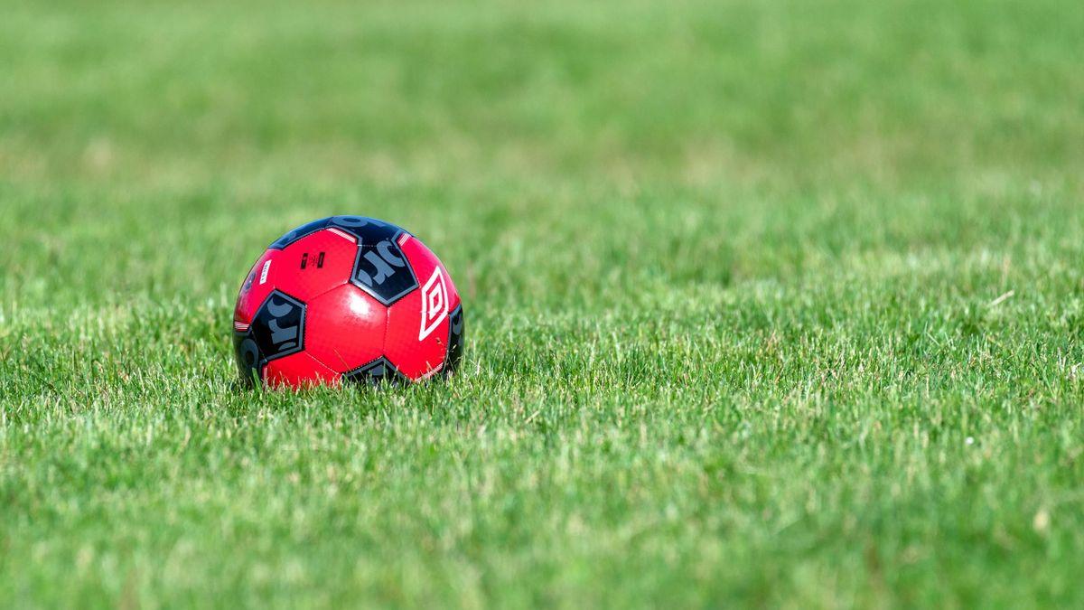 Pallone in campo da calcio vuoto