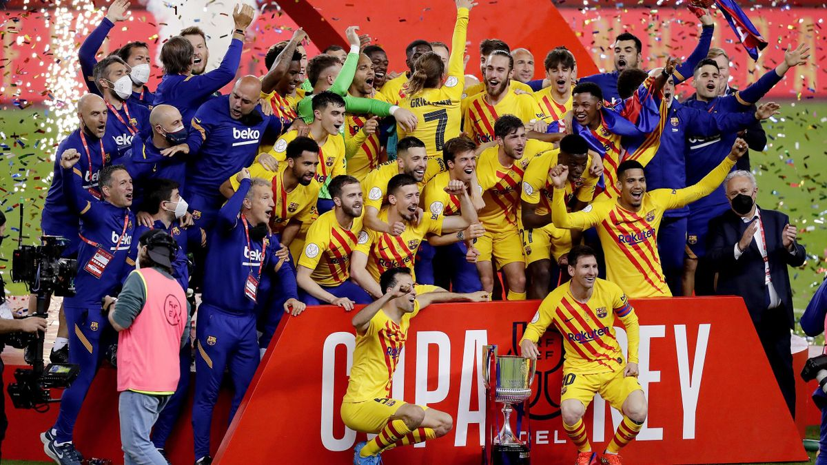 Players of FC Barcelona celebrates with the trophy during the Spanish Copa del Rey match between Athletic de Bilbao v FC Barcelona at the La Cartuja Stadium on April 17, 2021 in Sevila Spain