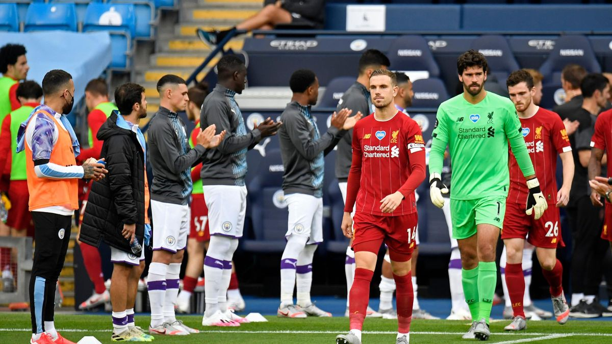 Manchester City give Liverpool a guard of honour