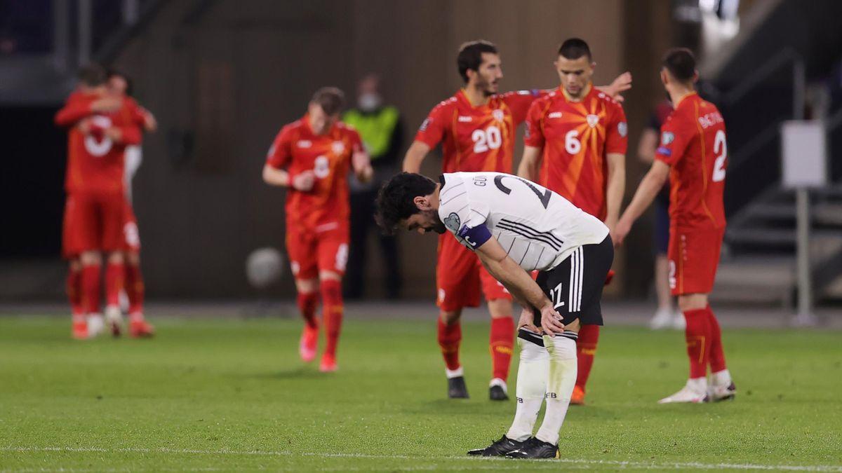 Ilkay Gündogan schaut nach der Niederlage gegen Nordmazedonien enttäuscht zu Boden