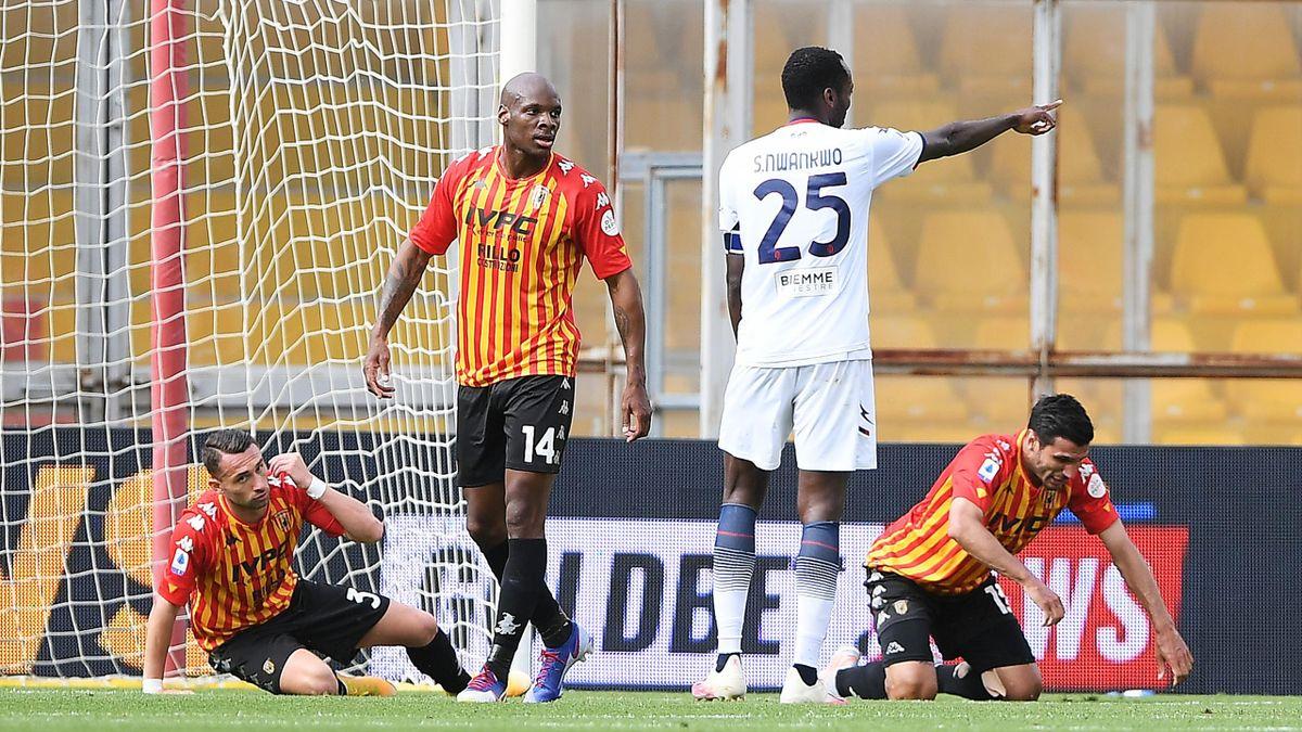 Mwankwo Simy esulta mentre i giocatori del Benevento crollano a terra, Benevento-Crotone, Serie A 2020-21, Getty Images