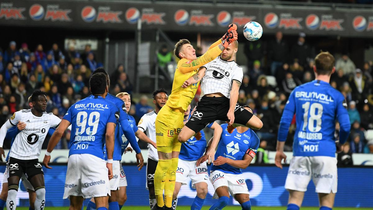 Rosenborg – Molde: keeper Andreas Linde and Tore Reginiussen fight for ball – PUBLICATION NOT IN NOR SWE