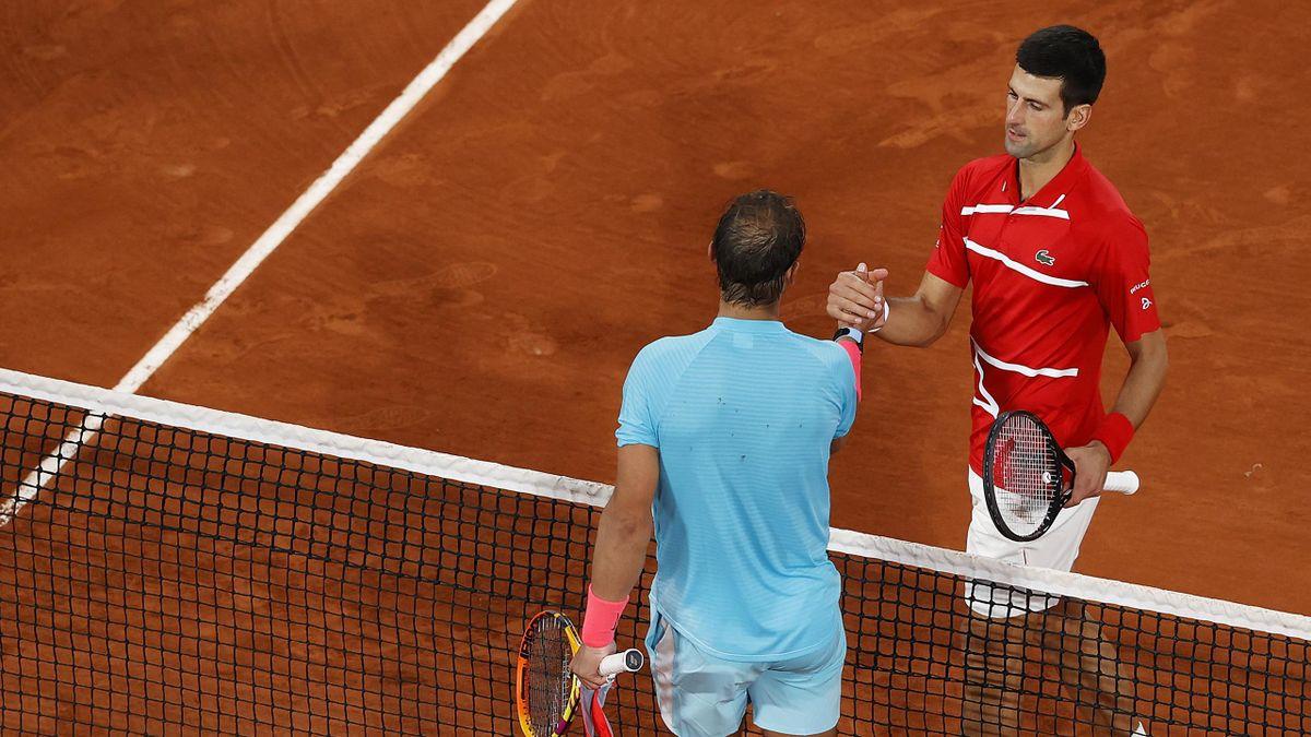 Novak Djokovic (r.) gratuliert Rafael Nadal zum Sieg bei den French Open
