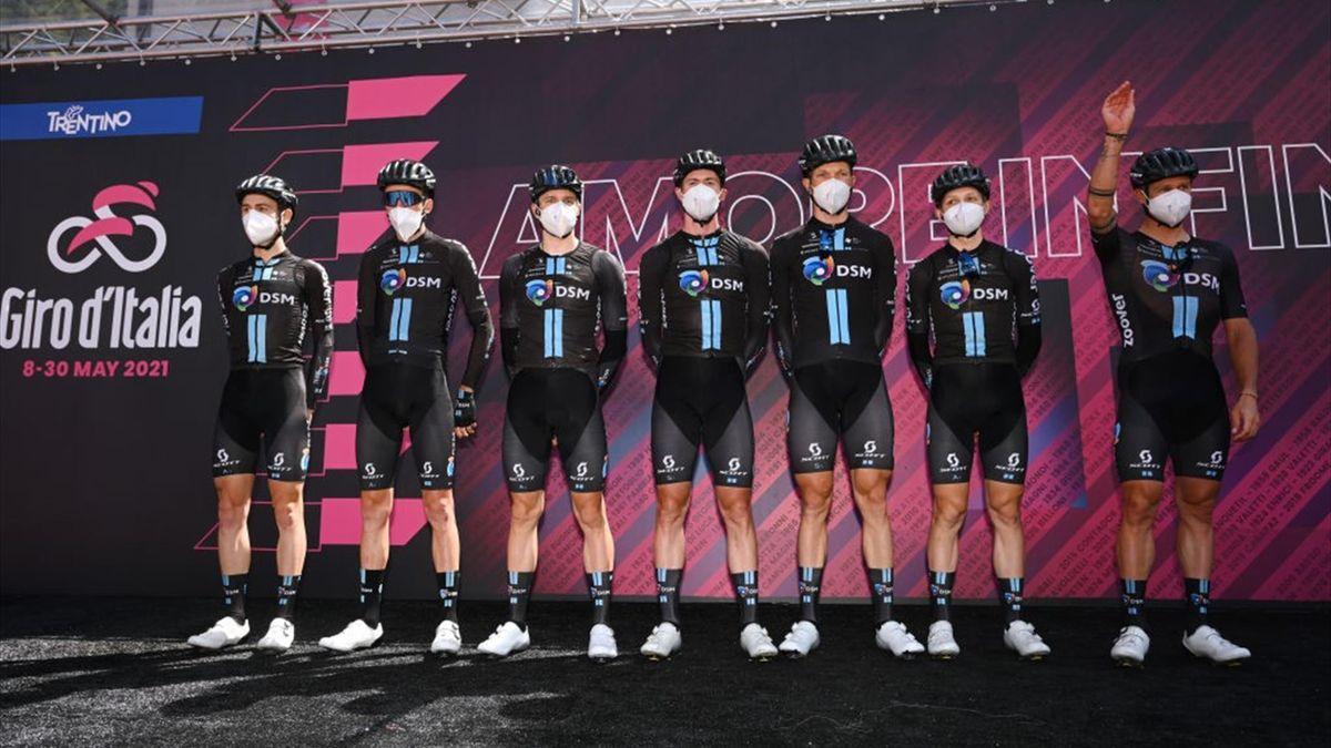 Il Team DSM di Romain Bardet e Jai Hindley alla presentazione del Giro d'Italia 2021