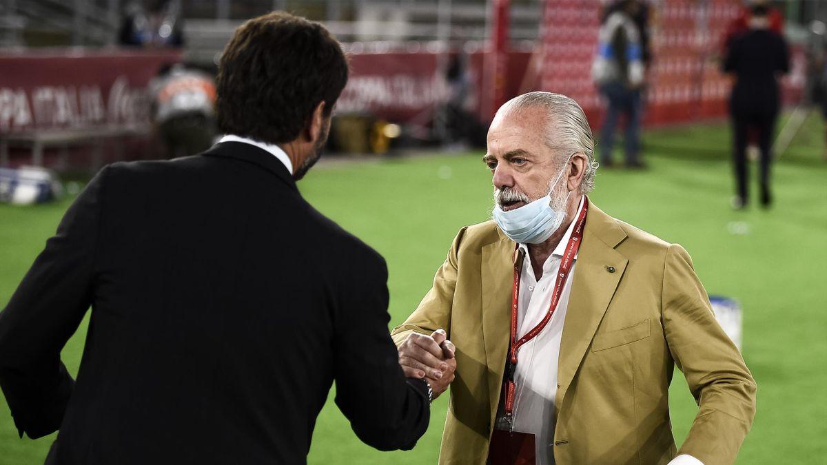Aurelio De Laurentiis saluta Andrea Agnelli durante la finale di Coppa Italia 2020 vinta dai partenopei ai rigori