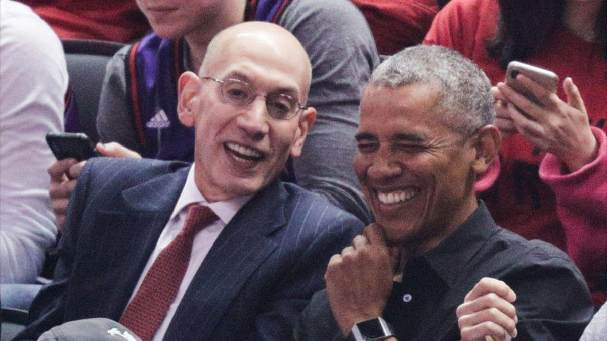 Barack Obama et Adam Silver, le Commissioner de la NBA lors des Finals entre Golden State et les Toronto Raptors le 2 juin 2019 à Toronto