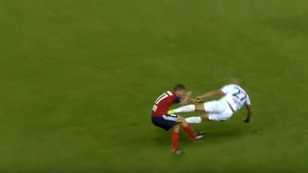Игрок люксембургской команды решил, что он круче Де Йонга, и вынес соперника двумя ногами