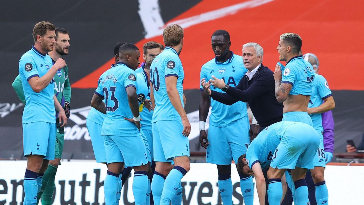 Jose Mourinho of Tottenham Hotspur shouts at his players during the Premier League match between AFC Bournemouth and Tottenham Hotspur at Vitality Stadium