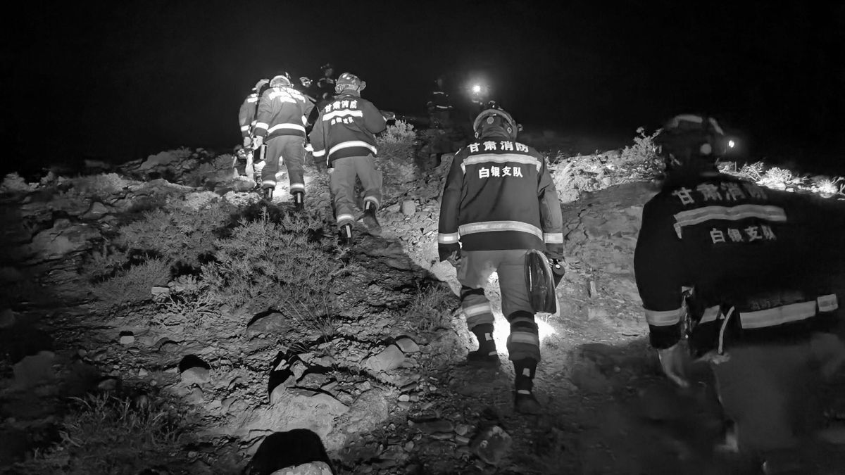 Helfer auf der Suche nach Vermissten beim Ultramarathon von Baiyin