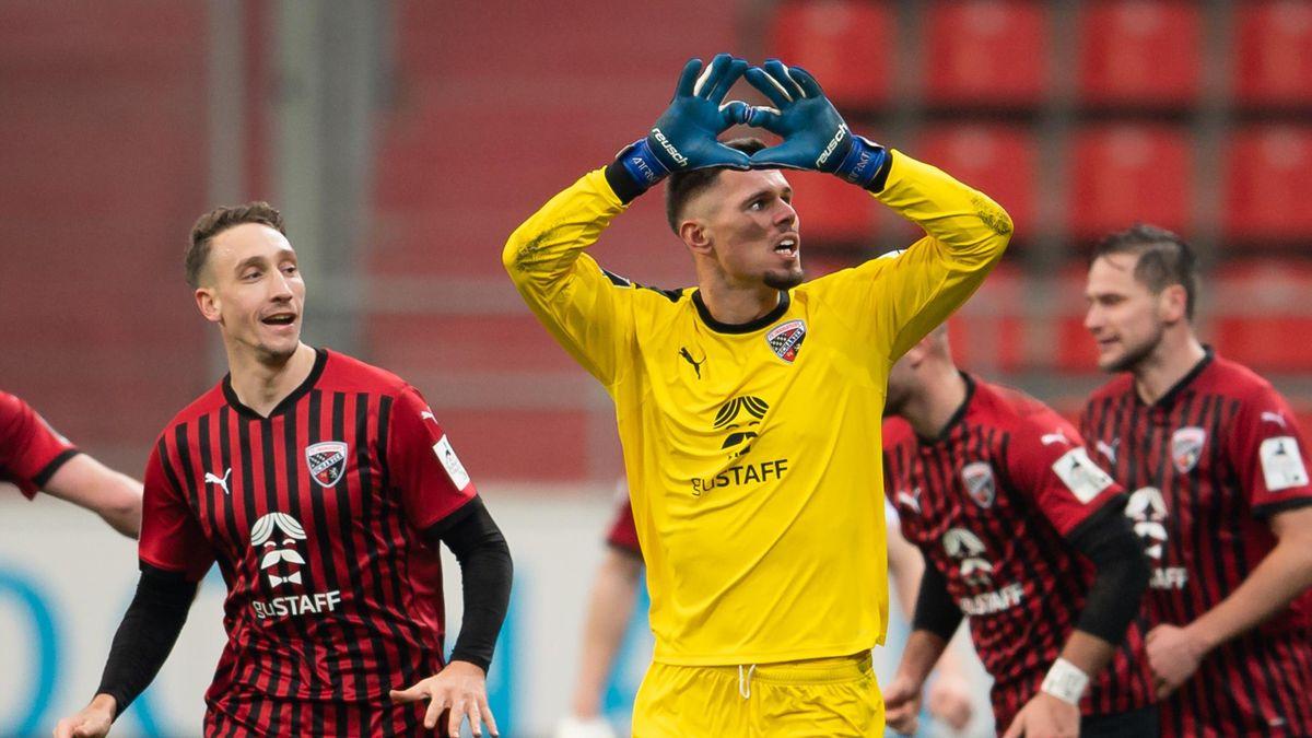 Torwart Fabijan Buntic (vorne) traf für Ingolstadt gegen Viktoria Köln