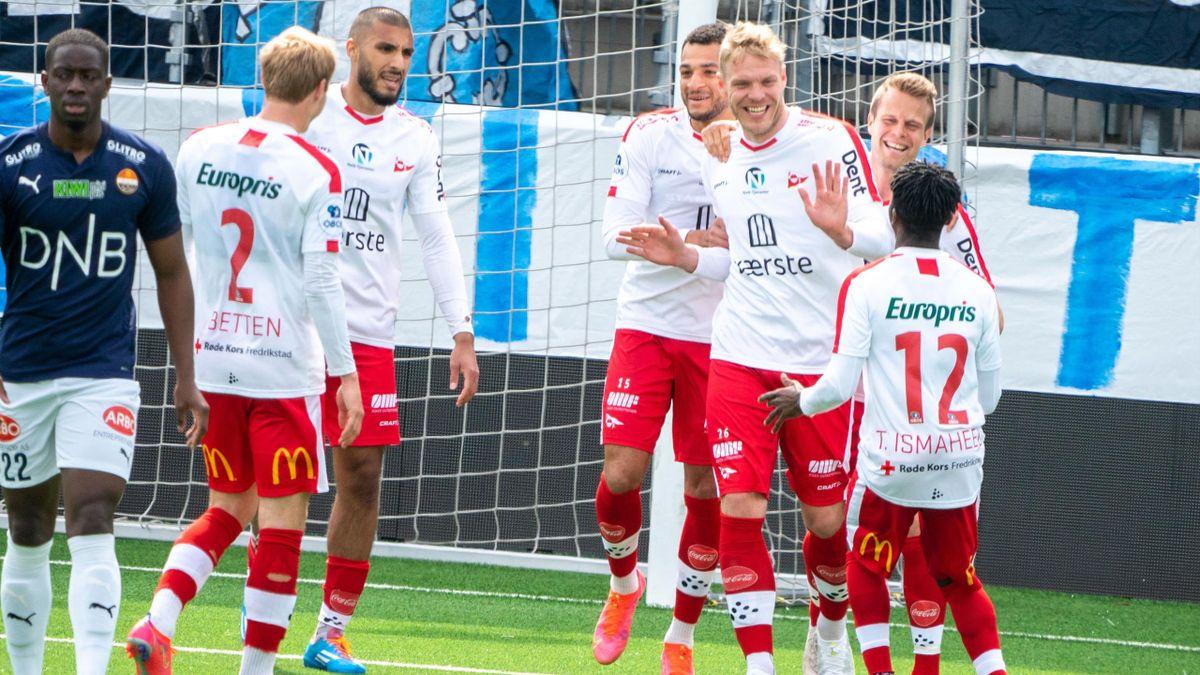 Fredrikstad-spillerne jubler etter 2-0-scoringen på Marienlyst