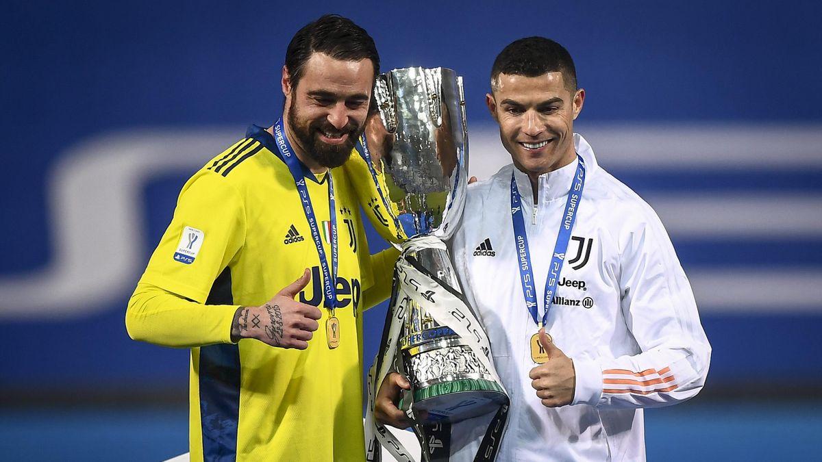 Carlo Pinsoglio e Cristiano Ronaldo con la Supercoppa Italiana