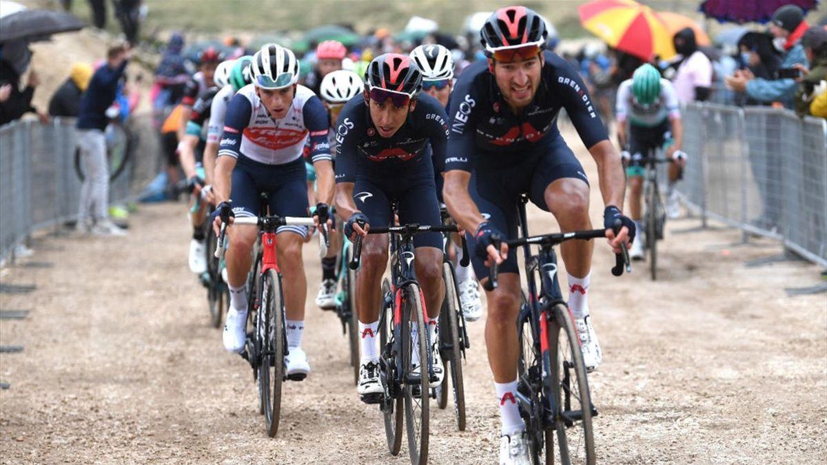 Gianni Moscon guida Egan Bernal nella tappa di Campo Felice sullo sterrato - Giro d'Italia 2021