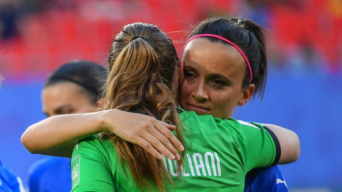 L'abbraccio fra Laura Giuliani e Barbara Bonansea, Italia-Brasile, Mondiali Femminili, Getty Images