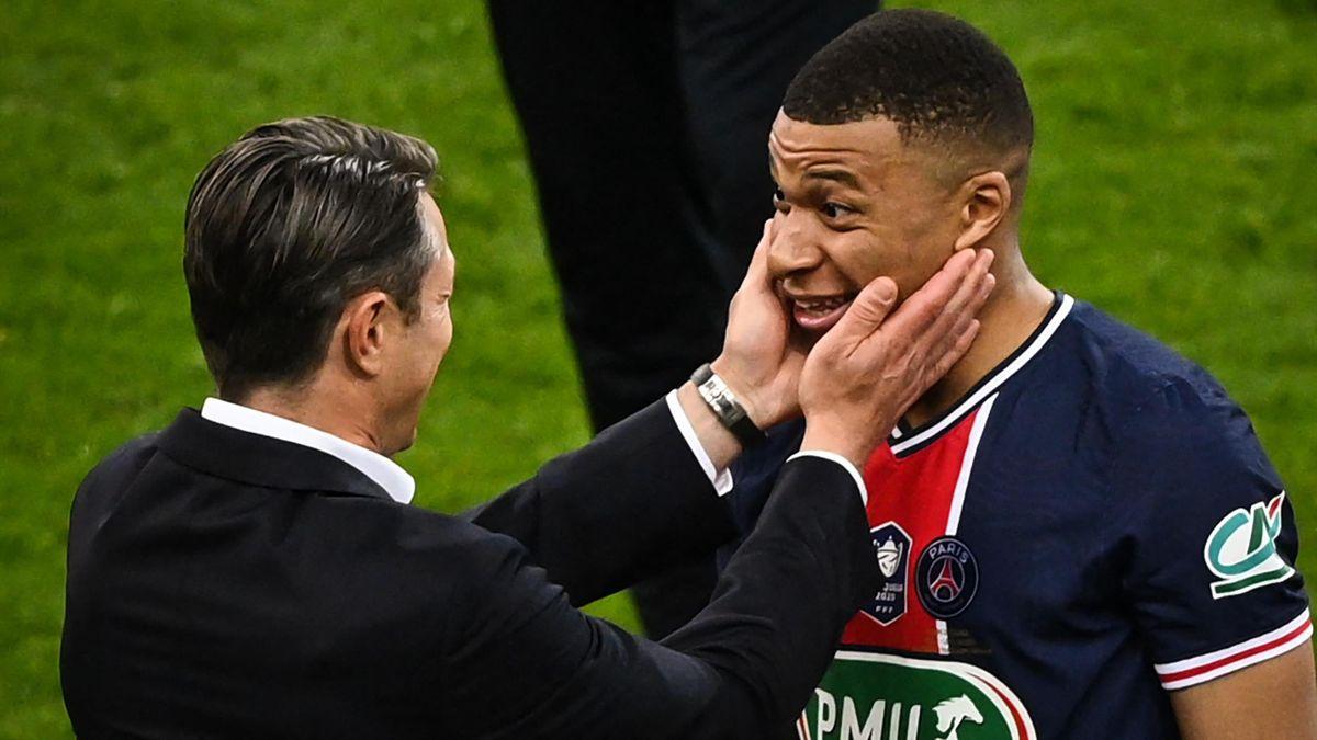 L'entraîneur monégasque Niko Kovac félicite Kylian Mbappé après la victoire du PSG sur Monaco en finale de la coupe de France