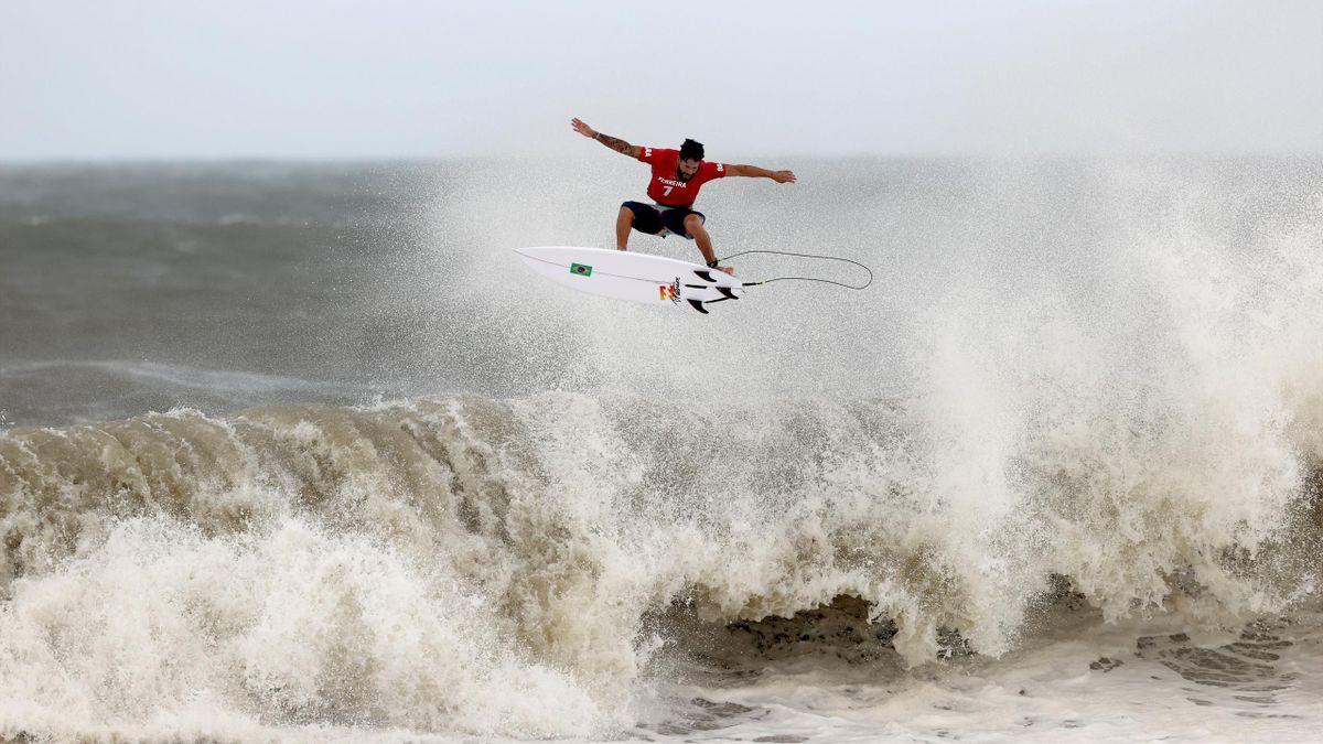 Italo Ferrreira boven de golven