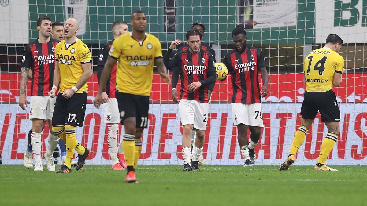 Franck Kessié abbracciato da tutti i compagni mentre i giocatori dell'Udinese scatenano la frustrazione