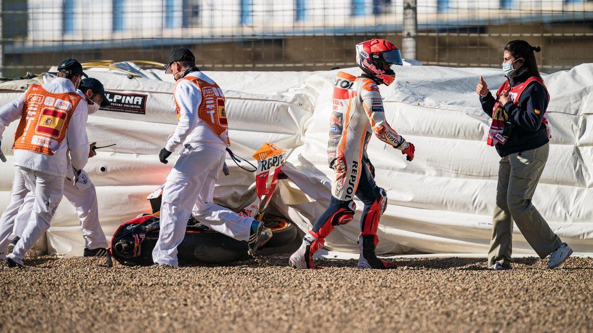 Marc Márquez sale por su propio pie tras la segunda caída del fin de semana en Jerez