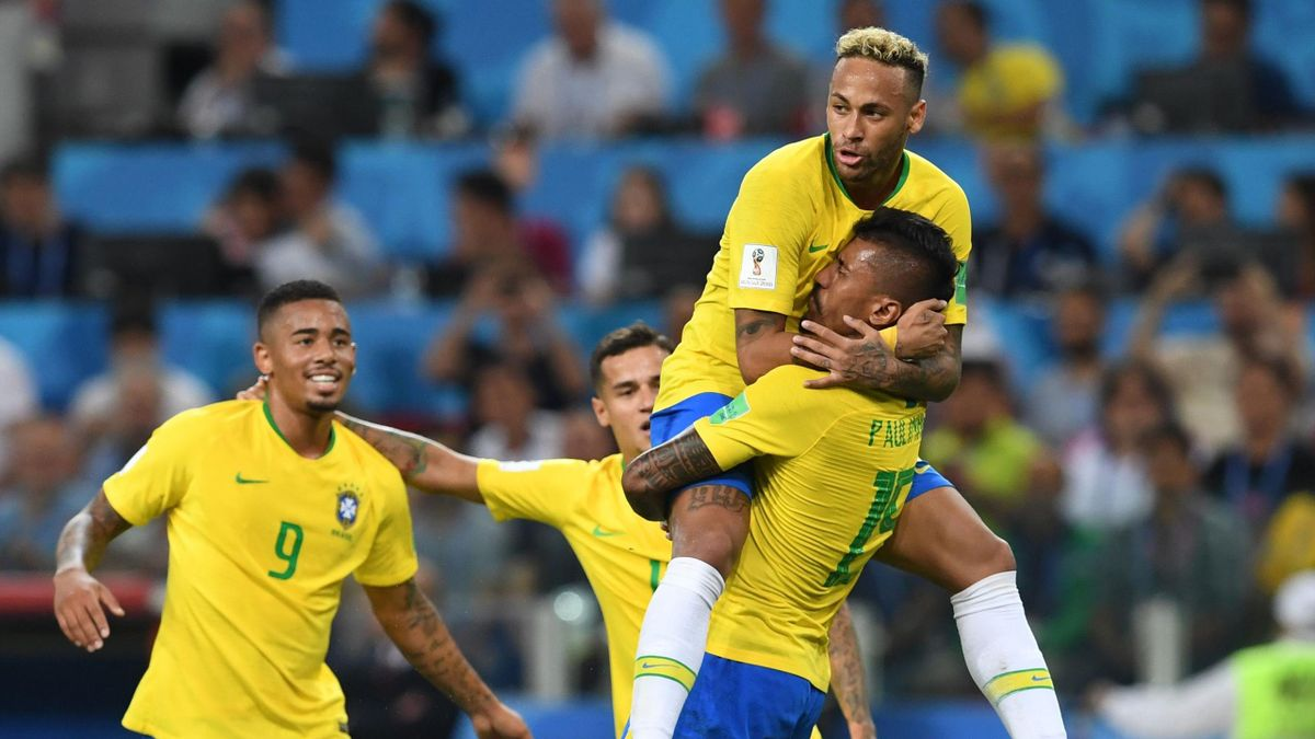 Neymar saute dans les bras de Paulinho, buteur contre la Serbie