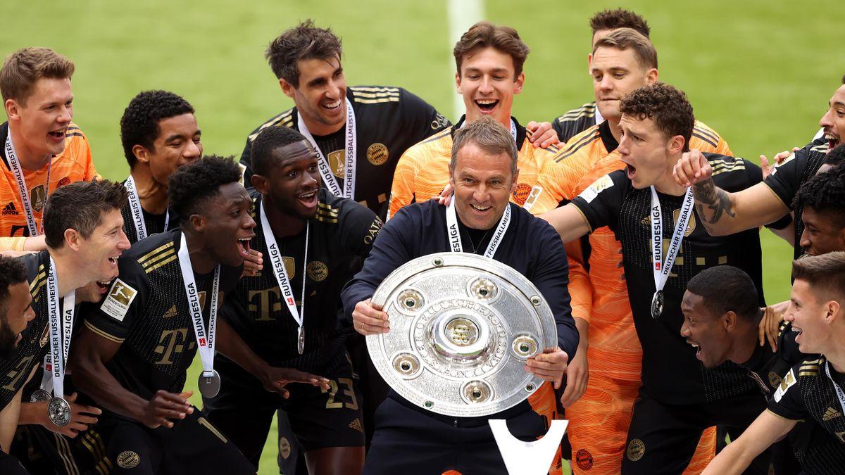 Bayern-Trainer Flick mit seinen Spielern bei der Übergabe der Meisterschale