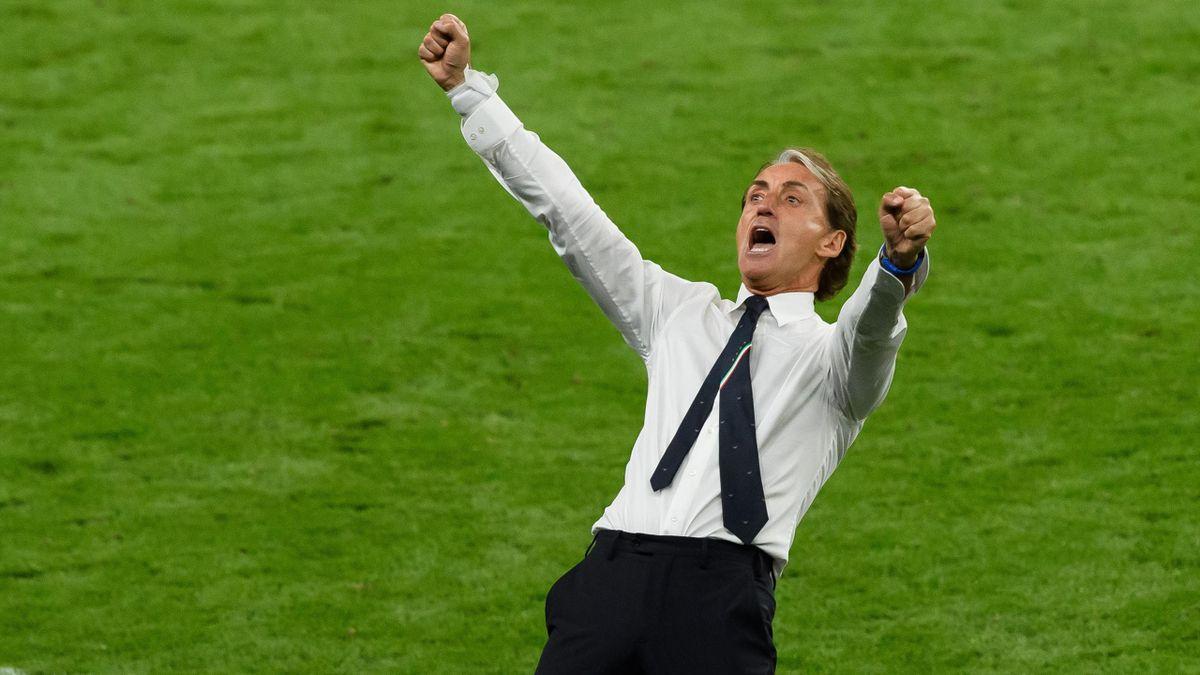 Robert Mancini exulte lors du coup de sifflet final face à l'Autriche