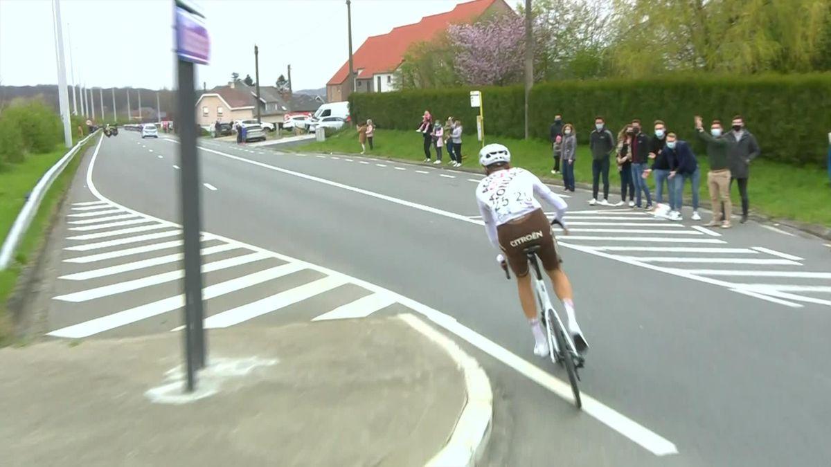 Michael Schär, descalificado del Tour de Flandes por lanzar su bidón a un niño
