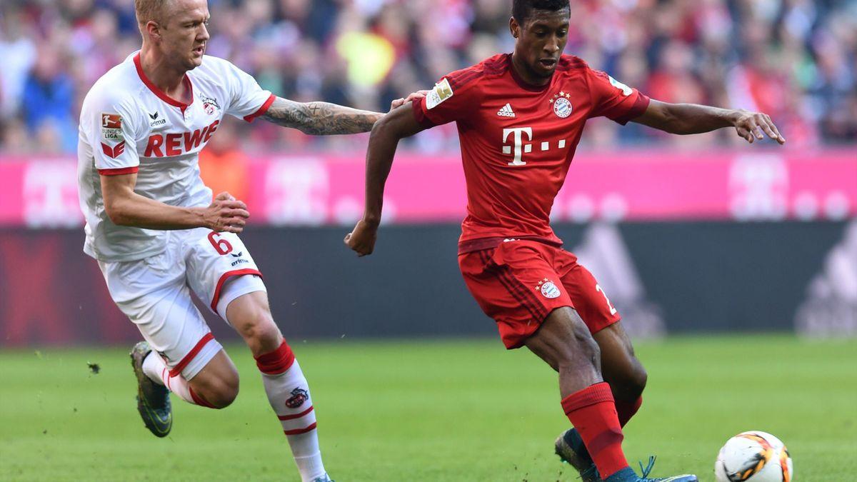 Kingsley Coman au duel avec Kevin Vogt lors de Bayern-Cologne