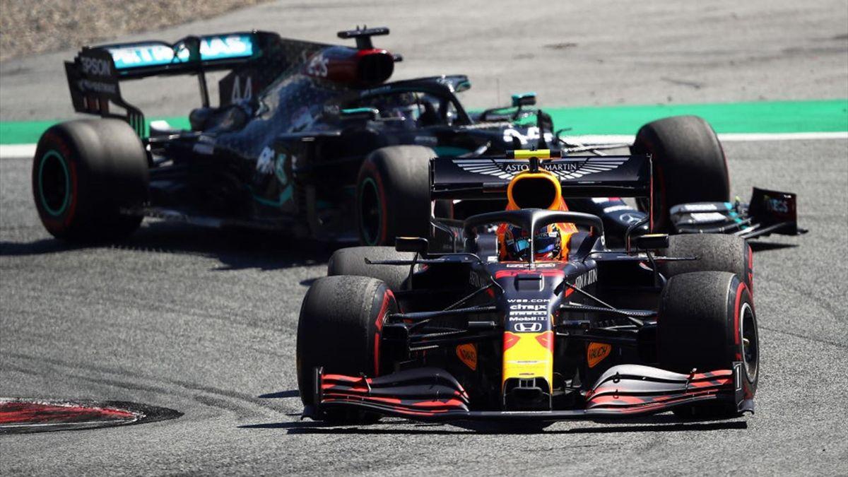 Alexander Albon (Red Bull) et Lewis Hamilton (Mercedes) au Grand Prix d'Autriche 2020